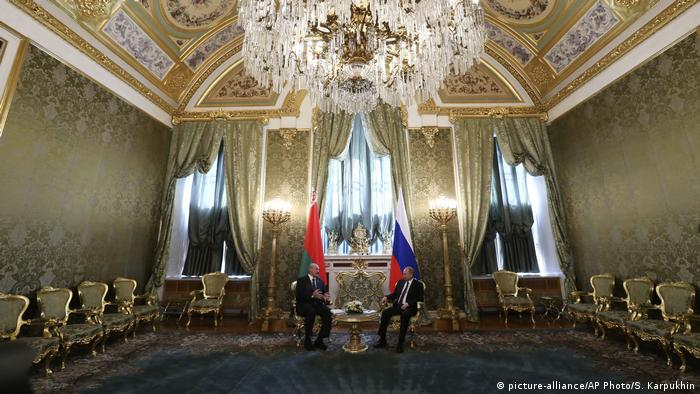 Alexander Lukaschenko with Vladimir Putin in a golden-papered room at the Kremlin (picture-alliance/AP Photo/S. Karpukhin)