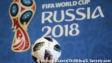 MOSCOW, RUSSIA - NOVEMBER 29, 2017: Telstar 18, the 2018 FIFA World Cup official match ball, at a news conference to announce 2018 FIFA Fan Fest Ambassadors. Sergei Savostyanov/TASS Foto: Sergei Savostyanov/TASS/dpa  
