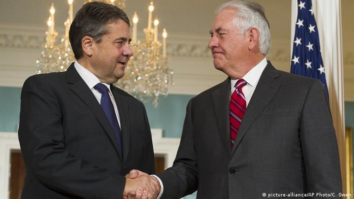USA Außenminister Gabriel trifft US-Außenminister Rex Tillerson (picture-alliance/AP Photo/C. Owen)