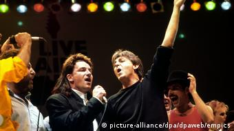 Live Aid-Konzert im Wembley Stadion, Bono (links) mit Paul McCartney (picture-alliance/dpa/dpaweb/empics)