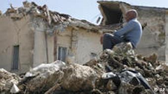 Mann auf zerstörtem Haus in Onna (Foto: AP)