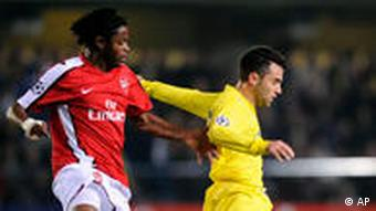Arsenal's Alexandre Song Billong battles for the ball with Villarreal's Giuseppe Rossi