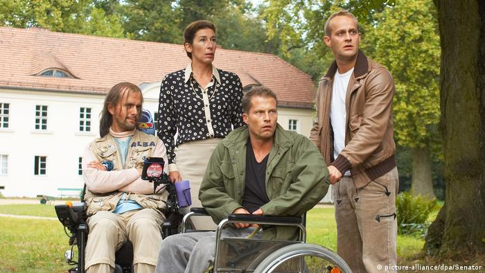 Film scene of Where is Fred with Schweiger sitting in a wheelchair |2006 (picture-alliance/dpa/Senator)