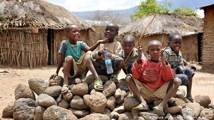 Kids in Tanzania (photo: picture alliance/World Vision/K-U. Wärner)