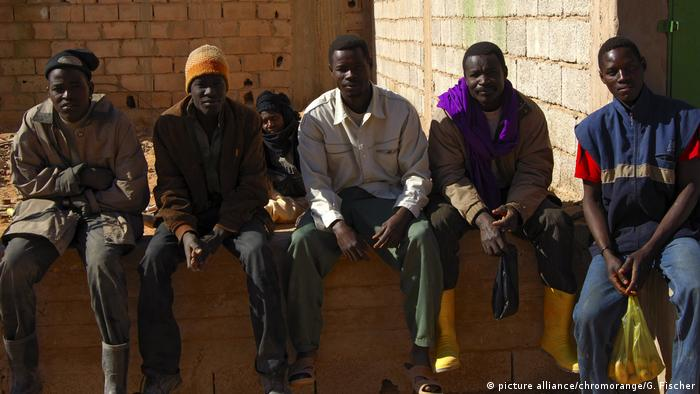 Unemployed African men in Libya (photo: picture alliance/chromorange/G. Fischer)