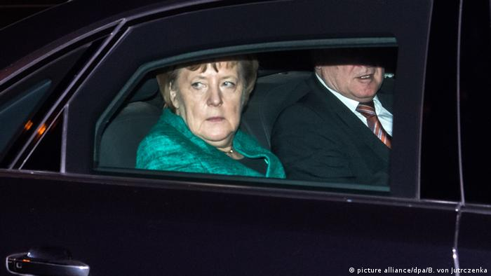 German Chancellor Angela Merkel rides in a car with CSU head Horst Seehofer after a meeting with the German president in Berlin (picture alliance/dpa/B. von Jutrczenka)