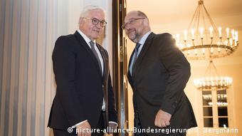 Berlin - Steinmeier lädt zu GroKo-Gesprächen ein (picture-alliance/Bundesregierung/G. Bergmann)