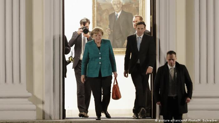 Merkel leaving a meeting with German President Steinmeier (picture-alliance/AP Photo/M. Schreiber)