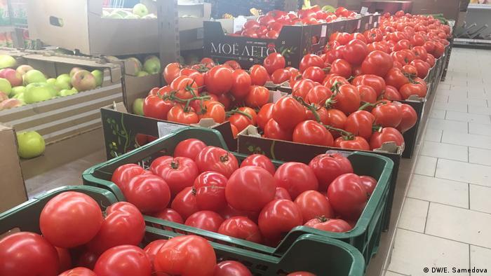 Ящики с помидорами в овощном магазине
