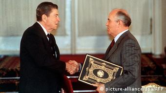 Ρόναλντ Ρίγκαν και Μιχαήλ Γκορμπατσόφ μετά την υπογραφή της συνθήκης INF το1988