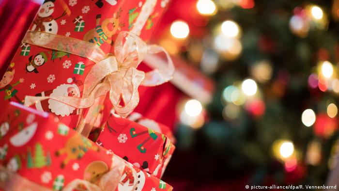 Christmas Gift Giving Images.Why Gift Giving Is About Power Relations Lifestyle Dw