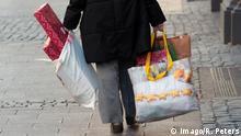 Passantin trägt Einkaufstaschen mit Weihnachtsgeschenken in der Innenstadt Frankfurt, Hessen, Deutschland Passerby bears Shopping bags with Christmas gifts in the Inner city Frankfurt Hesse Germany