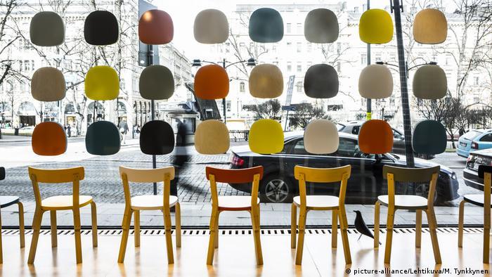 Легендарни дизайнери като Алвар Аалто превърнаха финландския дизайн в световна величина. В Хелзинкския квартал на дизайна има безброй магазинчета, в които млади и креативни дизайнери предлагат своите оригинални продукти. А в Музея на дизайна могат да се разгледат световноизвестни представители на финландския дизайн - от вази и прибори до мебели.