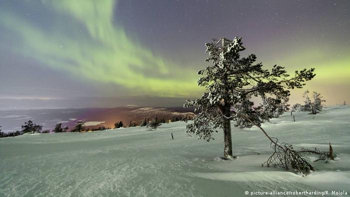 При ясно време нощното небе е озарено от полярното сияние. Този природен феномен е наистина впечатляващ. В Лапландия, в северната част на страната, сиянието може да се наблюдава през около 200 нощи в годината. Полярните сияния се пораждат при взаимодействието на заредени частици от слънчевия вятър със земната атмосфера.