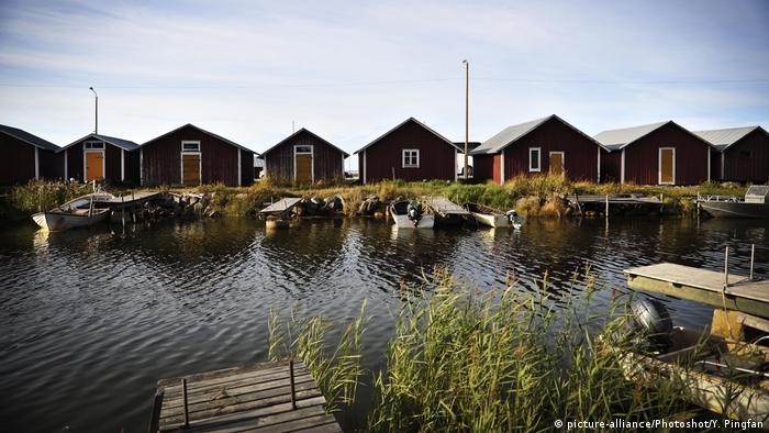 Югозападното крайбрежие на Финландия е осеяно с десетки хиляди скалисти островчета, образуващи уникалния архипелаг Кваркен, който е включен в списъка на ЮНЕСКО на световното природно наследство. Типични за региона са червените дървени къщички с бели прозорчета.