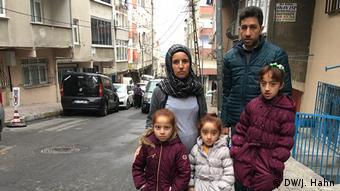 Η οικογένεια προσφύγων απο τη Συρία ζει πλέον στην Κωνσταντινούπολη και δεν μπορεί να τα βγάλει πέρα μόνο με το μισθό του πατέρα.