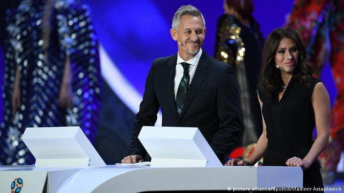 Russland Moskau WM-Auslosung | Gary Lineker & Maria Komandnaya (picture-alliance/Sputnik/Vladimir Astapkovich)