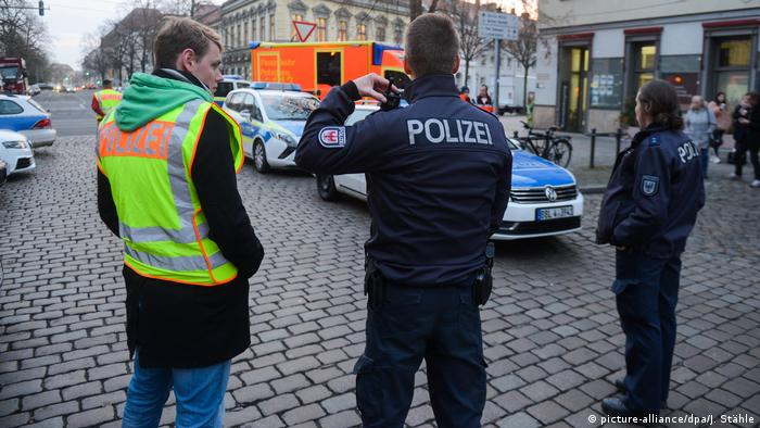Three policemen look on as downtown Potsdam is evacuated due to bomb scare (picture-alliance/dpa/J. Stähle)