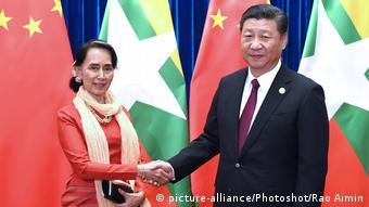 Тогдашний государственный секретарь Мьянмы Аун Сан Су Чжи и председатель КНР Си Цзиньпин, 2017 год