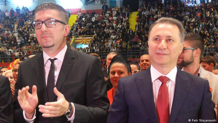 Mazedonien Hristijan Mickoski, Generalsekretär der Oppositionspartei VMRO-DPMNE mit Parteiführer Nikola Gruevski (Petr Stojanovski)