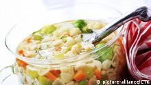 Chicken stock wih vegetables and pasta - detail | Keine Weitergabe an Wiederverkäufer.