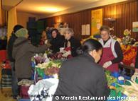 Numerosas organizaciones ofrecen comida caliente a personas necesitadas.