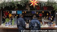 Deutschland Polizeistreife auf dem Weihnachtsmarkt in Potsdam