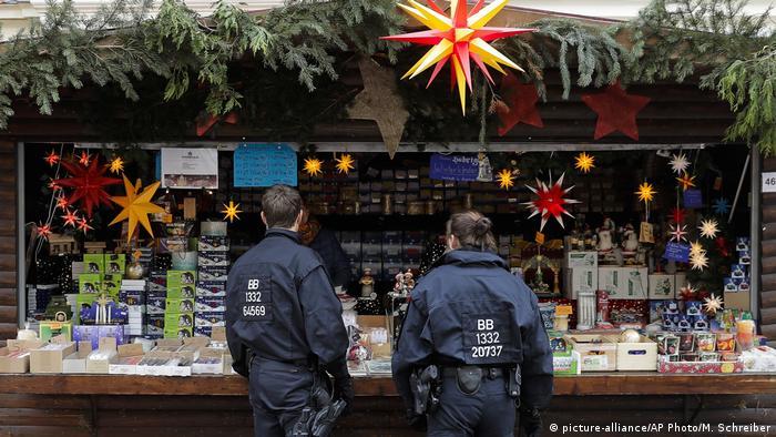 Deutschland Polizeistreife auf dem Weihnachtsmarkt in Potsdam (picture-alliance/AP Photo/M. Schreiber)