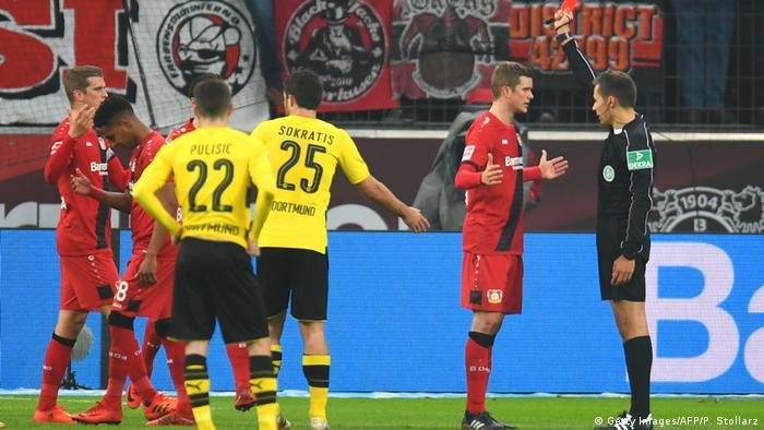 Bundesliga Leverkusen gegen Dortmund | Rote Karte (Getty Images/AFP/P. Stollarz)