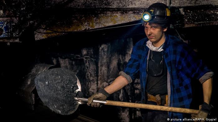 Mineiro em mina de carvão