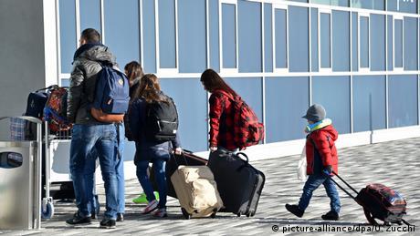 "DW: Διέξοδος στο προσφυγικό η ""αλβανική λύση"";"