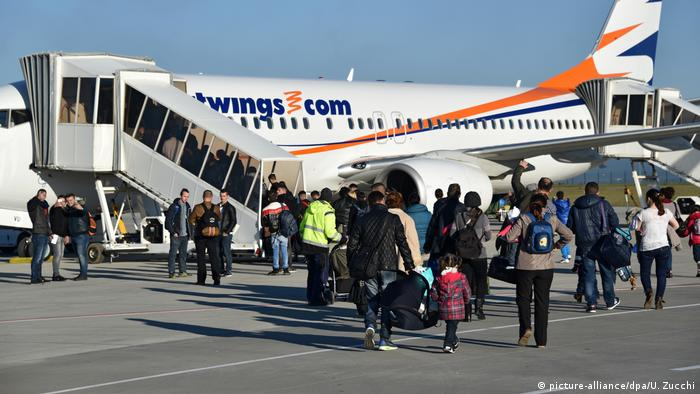 Refugees at Kassel airport (picture-alliance/dpa/U. Zucchi)