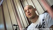 24.08.2014 ITAR-TASS: MOSCOW, RUSSIA. AUGUST 21, 2014. Alexander Pogrebov, suspected of hoisting a Ukrainian flag over the Kotelnicheskaya Embankment high-rise building, seen in a cage at a hearing. (Photo ITAR-TASS/ Sergei Bobylev) |