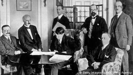 Free Irish State Signing The Anglo-Irish Treaty (Getty Images/Topical Press Agency)