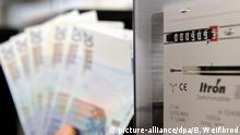 ILLUSTRATION - ARCHIV- Euro-Geldscheine werden am 14.05.2012 vor einen Stromzähler gehalten. Heizöl, Gas und Strom werden immer teurer. Durch hohe Rohölpreise, den schwachen Euro und die Kosten der Energiewende geraten immer mehr Haushalte in die Klemme. Lag die Strom-Monatsrechnung für einen Drei-Personen-Haushalt vor zehn Jahren noch bei 47 Euro, so sind es mittlerweile mehr als 75 Euro, mit weiter steigender Tendenz. Foto: Bernd Weißbrod dpa (Zu dpa-Korr.:«Ölpreis und Energiewende setzen private Haushalte unter Druck» vom 23.08.2012) +++(c) dpa - Bildfunk+++   Verwendung weltweit
