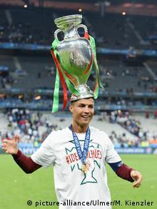 Fußball Europameisterschaft 2016 Finale: JUBEL Cristiano Ronaldo (Portugal) mit Pokal