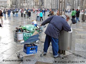 Un ciudadano recolecta botellas vacías para ganarse unos centavos, en Alemania.