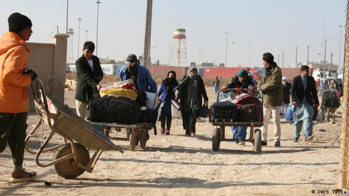 مقامات اداره امور مهاجرین و عودتکنندگان در هرات و نیمروز از بازگشت و اخراج گروهی مهاجران افغان از ایران ابراز نگرانی کرده و خواهان کمکهای بیشتر برای آنان از سوی سازمانهای بینالمللی شدهاند.