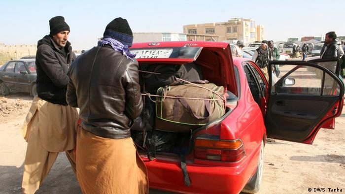اخیرا سرکنسول جمهوری اسلامی در هرات به خبرنگار دویچه وله گفته است که کشورش سیاست سختگیرانهای در قبال مهاجران افغان پیش نگرفته و فقط تلاش میکند حضور اتباع در ایران را قانونمند سازد.