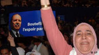 Bouteflika-Anhängerin mit Wahlplakat (Foto: AP)