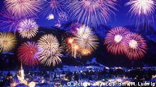 Germany, Bavaria, Werdenfels area, Garmisch, Garmisch-Partenkirchen, alpspitze, Zugspitze, firework, New Year's Eve, lights, color, party, celebrate, New Year, rockets | Verwendung weltweit