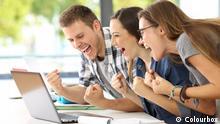 Leute freuen sich am Laptop (Colourbox)