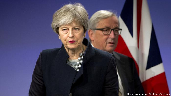 A primeira-ministra britânica, Theresa May, e o presidente da Comissão Europeia, Jean-Claude Juncker, em Bruxelas