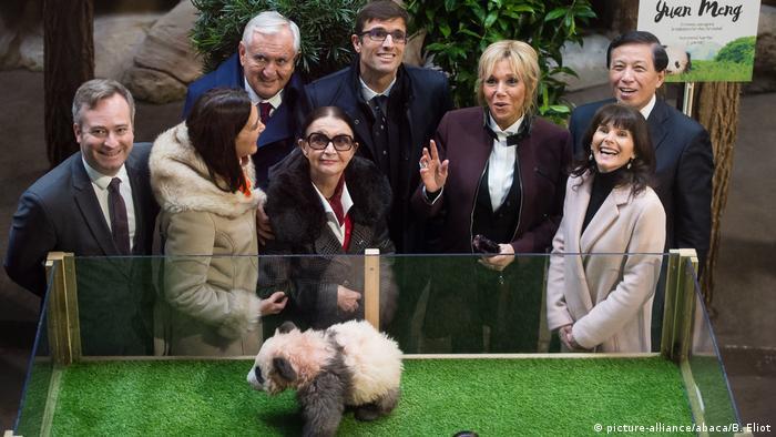Frankreich Brigitte Macron bei Panda Taufe (picture-alliance/abaca/B. Eliot)