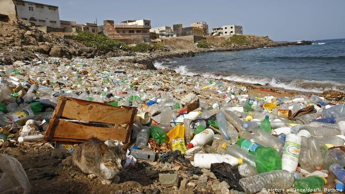 Playa infestada de plástico en la ciudad de Ngor Dakar sobre el Atlántico, Senegal.