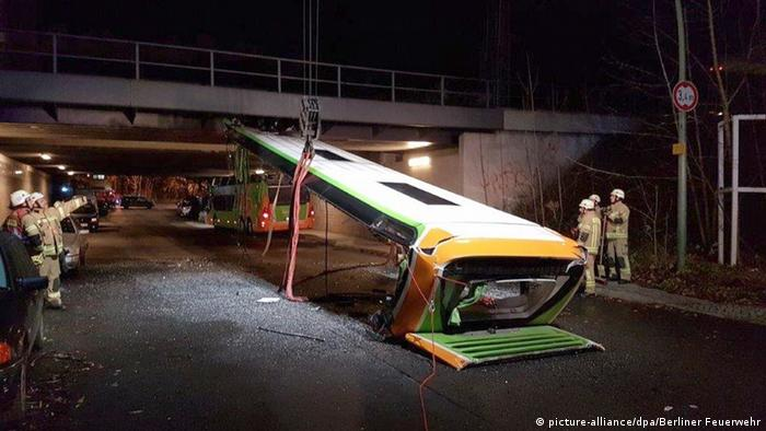 Firefighters hoist up a Flixbus roof (picture-alliance/dpa/Berliner Feuerwehr)