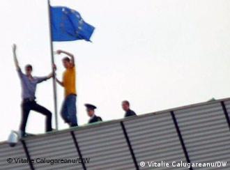 Tineri pun steagul UE pe clădirea Preşedinţiei, sub privirile îngăduitoare ale poliţiei (sursa Unimedia)