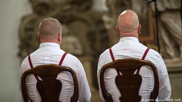 Мужчины во время бракосочетания в церкви (фото из архива)