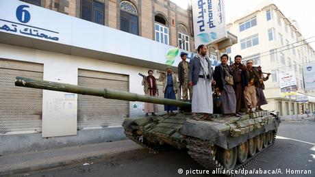 Houthis take security measures as they build up checkpoints and place tanks at Former Yemeni President Ali Abdullah Saleh's residential building in Sanaa (picture alliance/dpa/abaca/A. Homran)