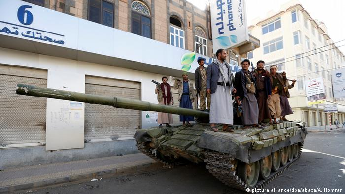 Houthi fighters take security measures to set up checkpoints in Sanaa after Saleh's death (picture alliance/dpa/abaca/A. Homran)